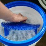 befüllter Eimer mit Gridguard Wasser und ValetPRO Auto Shampoo